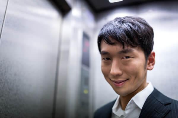 エレベーターで気持ち悪く微笑むストーカー