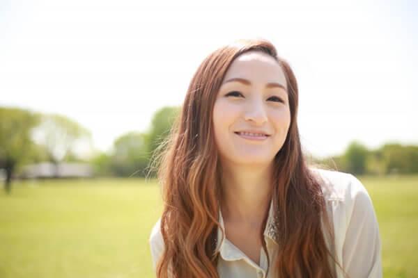 歯を見せて微笑む女性